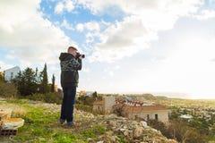 Concetto di viaggio, di vacanza, del fotografo e dell'autostoppista - l'uomo del viaggiatore ha fotografato la natura Fotografie Stock Libere da Diritti