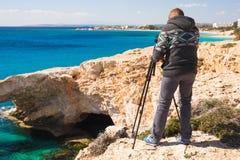 Concetto di viaggio, di vacanza, del fotografo e dell'autostoppista - l'uomo del viaggiatore ha fotografato le montagne e la citt Fotografie Stock