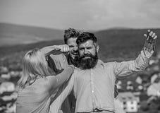 Concetto di violenza e geloso L'uomo ha scoperto che l'amica lo imbroglia con macho barbuto Amante aggressivo di attacchi dell'uo fotografia stock