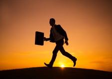 Concetto di Walking Outdoors Sunset dell'uomo d'affari Immagini Stock Libere da Diritti