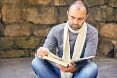 Concetto di Working Reading Book dell'uomo d'affari Immagini Stock