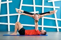 Concetto di yoga di Acro Allenamento della classe di yoga delle coppie Fotografia Stock