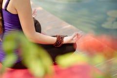 Concetto di yoga, di forma fisica e di stile di vita Immagine Stock