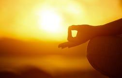 Concetto di yoga posa di pratica del loto della donna della mano sulla spiaggia Fotografia Stock
