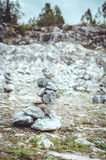 Concetto di zen Equilibrio concettuale, fondo di armonia Pietra di marmo Highland Park nazionale Ruskeala nella Repubblica Fotografia Stock