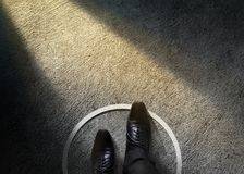 Concetto di zona di comodità L'uomo d'affari con le scarpe convenzionali oltrepassa la C fotografia stock