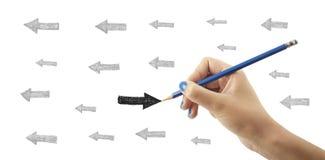 Concetto differente ed opposto La mano sta scrivendo la freccia Fotografie Stock