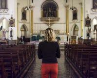 Concetto diritto di religione della chiesa della donna immagine stock