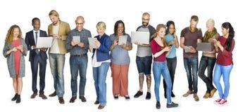Concetto diritto di tecnologia della diversa gente del gruppo Immagini Stock Libere da Diritti