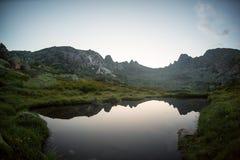 Concetto a distanza tranquillo rurale di riflessione del lago mountain blu, nel parco di Ergaki, la Russia Immagini Stock