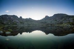 Concetto a distanza tranquillo rurale di riflessione del lago mountain blu, nel parco di Ergaki, la Russia Immagine Stock