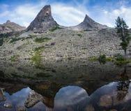 Concetto a distanza tranquillo rurale di riflessione del lago mountain blu, nel parco di Ergaki, la Russia Immagini Stock Libere da Diritti