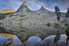 Concetto a distanza tranquillo rurale di riflessione del lago mountain blu, nel parco di Ergaki, la Russia Fotografia Stock Libera da Diritti