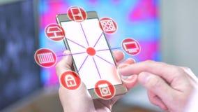 Concetto domestico astuto L'uomo controlla le opzioni dello smarthome con lo smartphone video d archivio