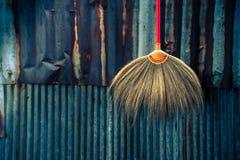 Concetto domestico delle attrezzature per la pulizia sulla parete antica dello zinco Fotografia Stock Libera da Diritti