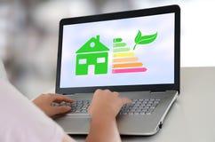 Concetto domestico di rendimento energetico su un computer portatile fotografie stock