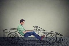 Concetto Driverless di tecnologia dell'automobile Uomo che per mezzo del computer portatile mentre conducendo un'automobile immagini stock libere da diritti