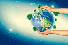 Concetto ecologico dell'ambiente con la coltivazione degli alberi sulla terra nelle mani Terra del pianeta fisico Fotografia Stock