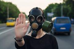 Concetto ecologico di contaminazione dell'aria Donna in maschera antigas immagini stock libere da diritti