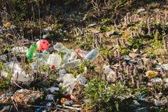 Concetto ecologico Problemi di ecologia del pianeta Terra Rifiuti nei posti di resto dal mare Bottiglie di plastica fra fotografia stock libera da diritti