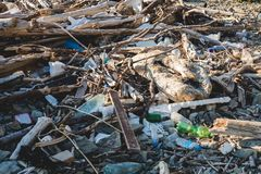 Concetto ecologico Problemi di ecologia del pianeta Terra Rifiuti nei posti di resto dal mare Bottiglie di plastica fra fotografie stock libere da diritti