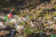 Concetto ecologico Problemi di ecologia del pianeta Terra Rifiuti nei posti di resto dal mare Bottiglie di plastica fra immagine stock libera da diritti