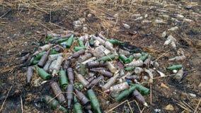 Concetto ecologico Problemi ecologici del pianeta Terra Immondizia nei posti di ricreazione all'aperto, bottiglie fotografie stock