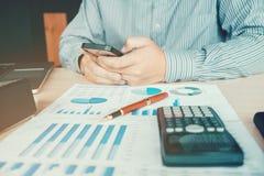 Concetto economico di costo calcolatore di contabilità dell'uomo di affari Fotografia Stock Libera da Diritti