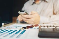 Concetto economico di costo calcolatore di contabilità dell'uomo di affari dentro fuori Fotografia Stock