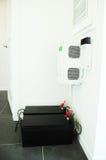 Concetto economizzatore d'energia Accumulazione e consumo di potere elettrico-solare Immagini Stock