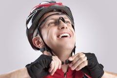 Concetto ed idee di sicurezza Ciclista caucasico maschio che controlla il casco della strada Vetri da portare Immagini Stock