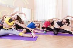 Concetto ed idee di sport Atleti caucasici femminili che fanno allungamento di forma fisica Immagini Stock