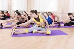 Concetto ed idee di sport Atleti caucasici femminili che fanno gli esercizi di forma fisica Immagine Stock Libera da Diritti