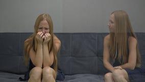 Concetto emozionale di intelligenza Da un lato della giovane donna una sensibilità si è rovesciata e confuso dall'altro lato dell archivi video