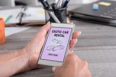Concetto esotico dell'autonoleggio su uno smartphone fotografie stock libere da diritti