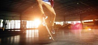 Concetto estremo di sport di stile libero di pratica di skateboarding Fotografia Stock