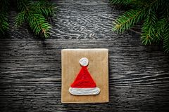 Concetto fatto a mano di feste del ramo di pino della scatola del regalo di Natale Fotografia Stock