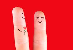 Concetto felice delle coppie - un uomo con il fiore e una donna, dipinta a fotografie stock