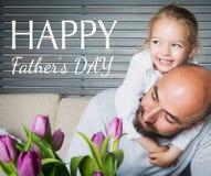 Concetto felice, padre e figlia di giorno del ` s del padre divertendosi e sorridendo immagine stock