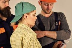 Concetto femminile del supervisore Malinteso fra il cliente ed il lavoratore Giovani idraulici del maschio di Woman Arguing With  fotografia stock