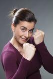 Concetto femminile dell'autodifesa per la donna attraente 30s Fotografia Stock