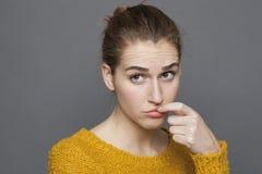 Concetto femminile di confusione e di dubbio con il gesto di mano immagini stock
