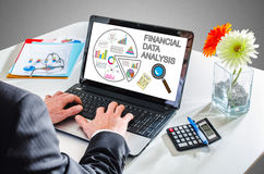 Concetto finanziario di analisi dei dati su uno schermo del computer portatile Fotografie Stock Libere da Diritti