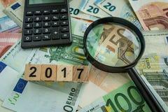 Concetto finanziario di imposta come lente d'ingrandimento sul mucchio di euro bankno Immagini Stock Libere da Diritti