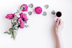 Concetto floreale con i fiori rosa sul modello bianco di vista superiore del fondo fotografia stock