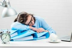 Concetto - fuori orario nell'ufficio, ragioniere stanco nel rapporto Fotografia Stock Libera da Diritti