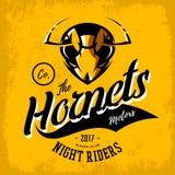 Concetto furioso d'annata di logo di vettore del club del gruppo dei motociclisti del calabrone su fondo arancio Immagini Stock Libere da Diritti