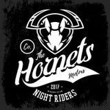 Concetto furioso d'annata di logo di vettore del club del gruppo dei motociclisti del calabrone su fondo nero Fotografie Stock