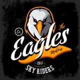 Concetto furioso d'annata di logo di vettore del club del gruppo dei motociclisti dell'aquila isolato su fondo nero Fotografie Stock