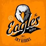 Concetto furioso d'annata di logo di vettore del club del gruppo dei motociclisti dell'aquila su fondo arancio Fotografie Stock